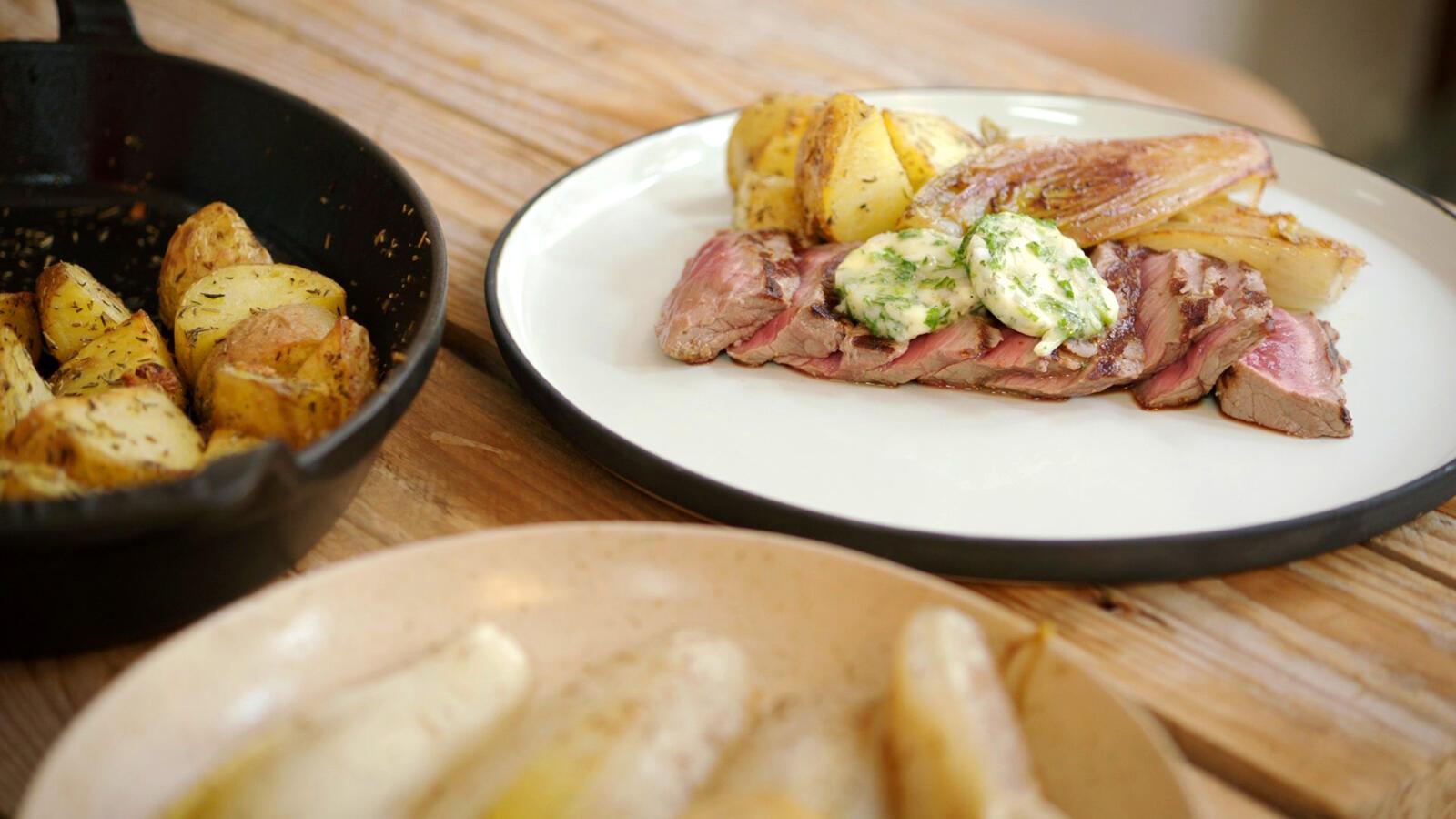 Steak met geroosterde aardappelen, witloof en bearnaiseboter