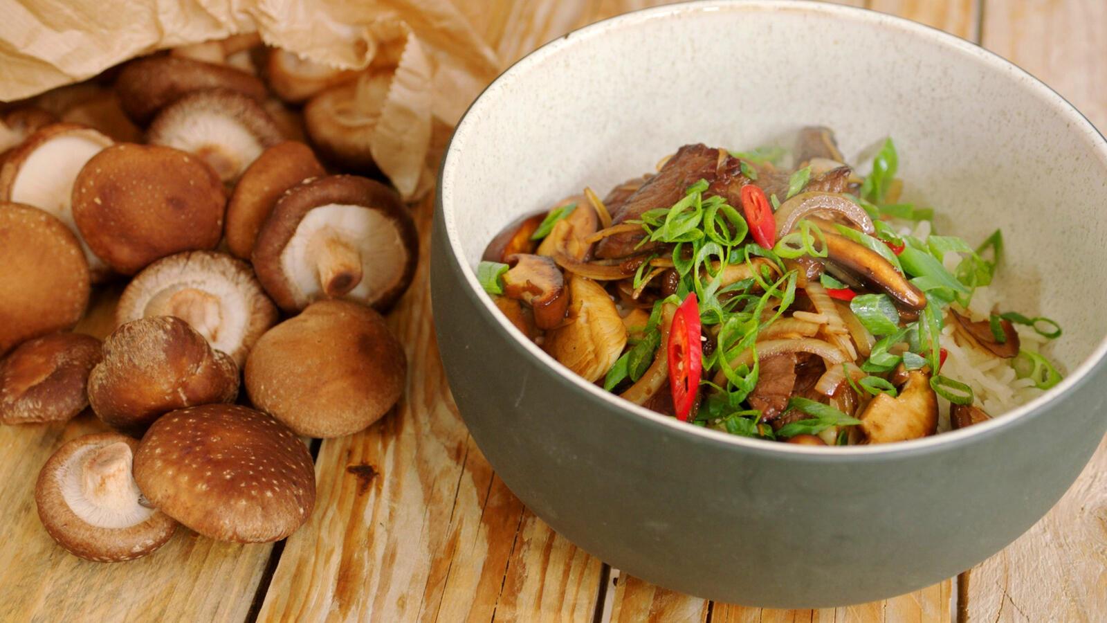 Rundvlees met gebakken champignons en rijst