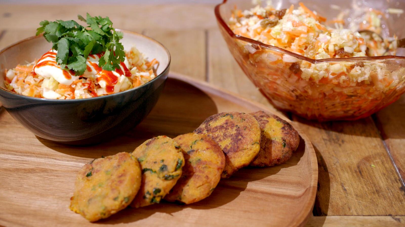 Koekjes van zoete aardappel met een slaatje van Chinese kool en chiliyoghurt