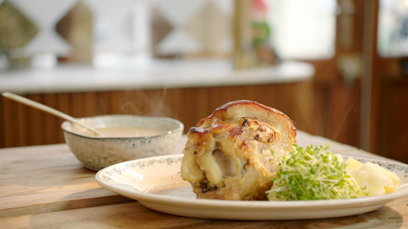 Hammetje in mosterdsaus met bloemkool en aardappelen