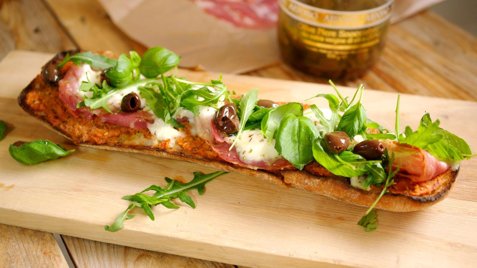 Ciabatta pizza met ansjovis en pancetta