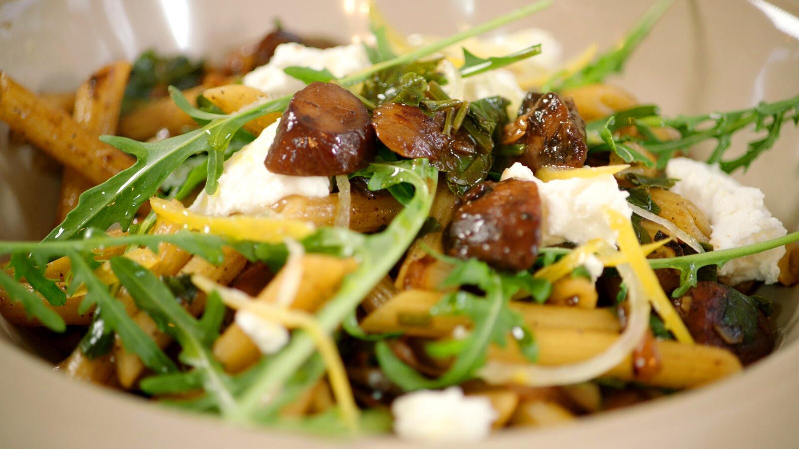 Pasta met champignons, kastanjes en rucola