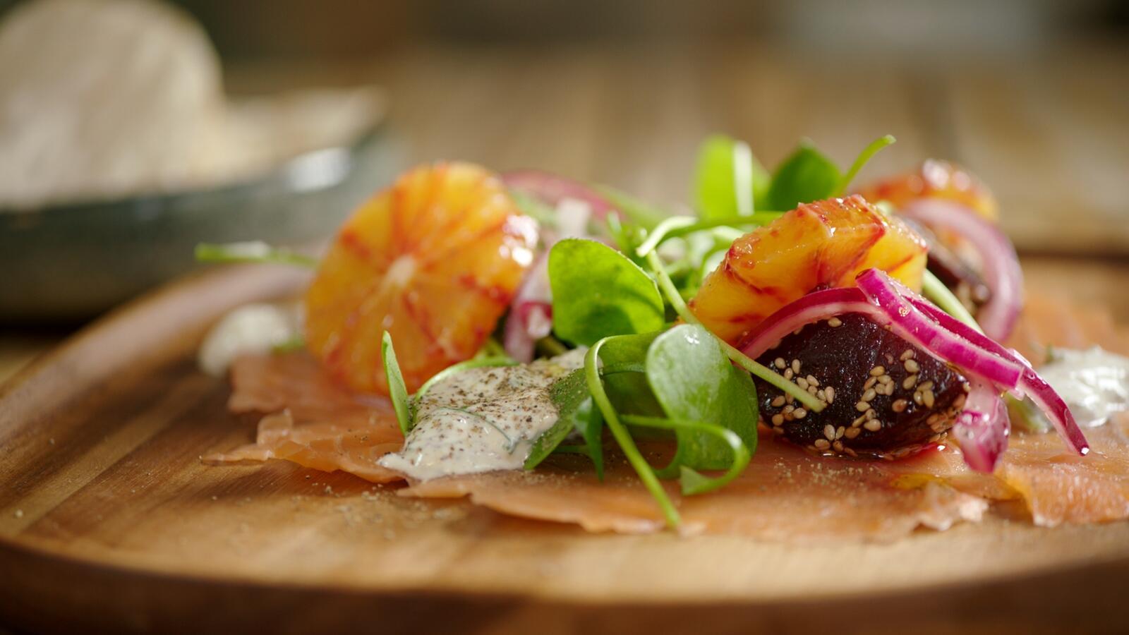 Salade met gerookte zalm, rode biet en bloedappelsien