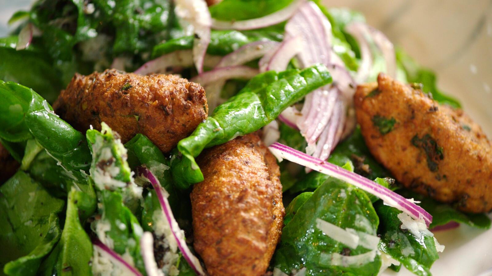 Ricottabeignets met een salade van truffel en spinazie
