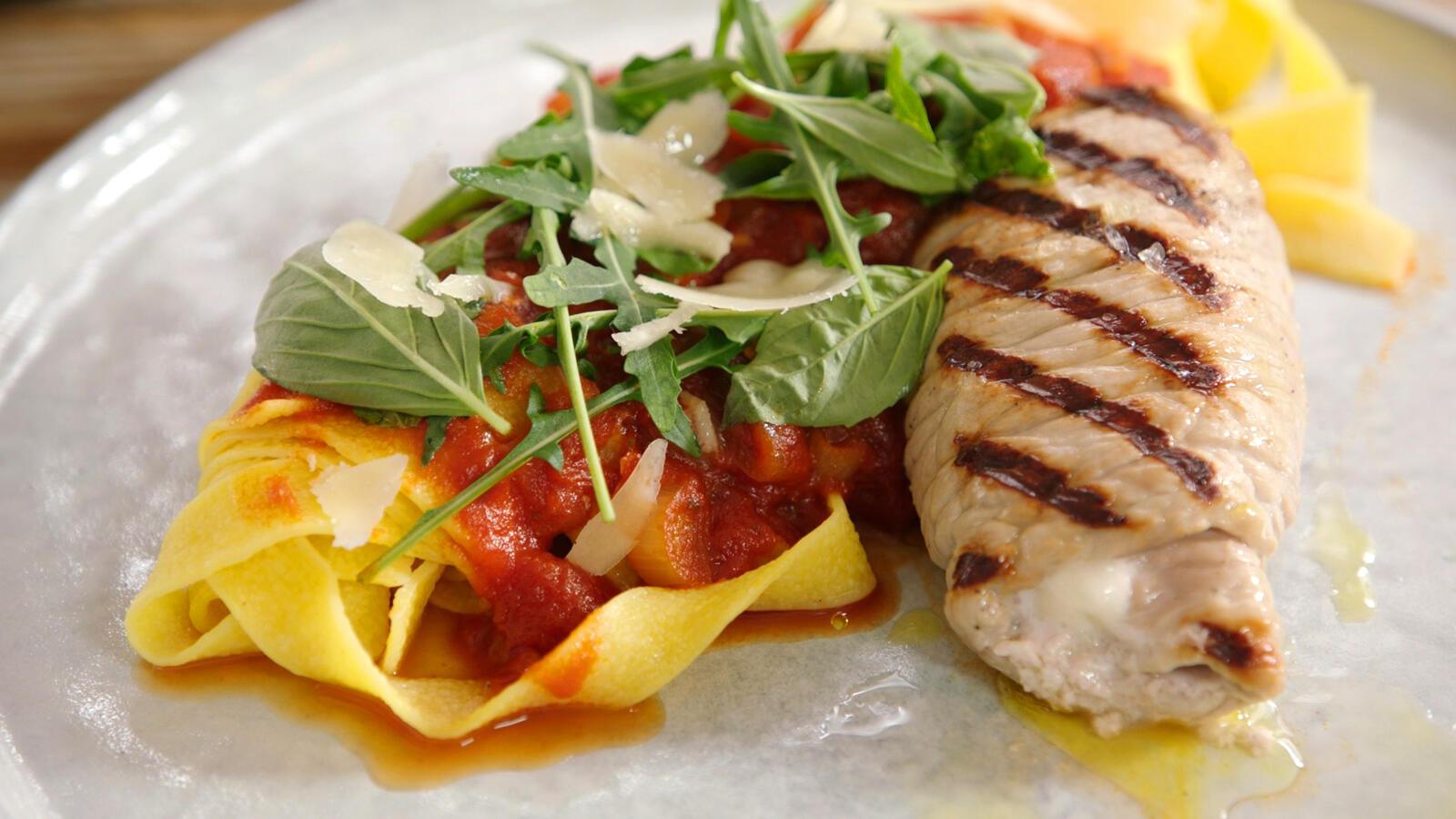 Kalfslapje met pasta en tomatensaus