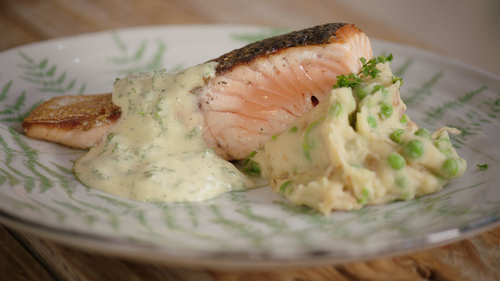 Zalm met erwtenstoemp, bacon en bearnaise