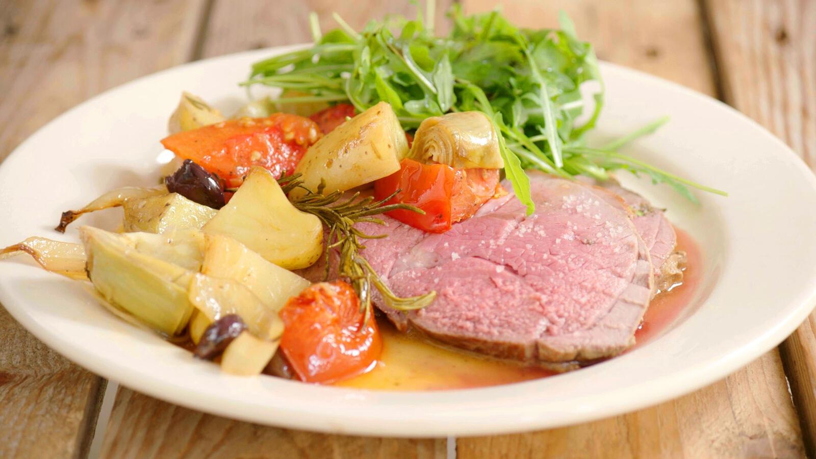 Lamsbout met geroosterde groenten en aardappelen