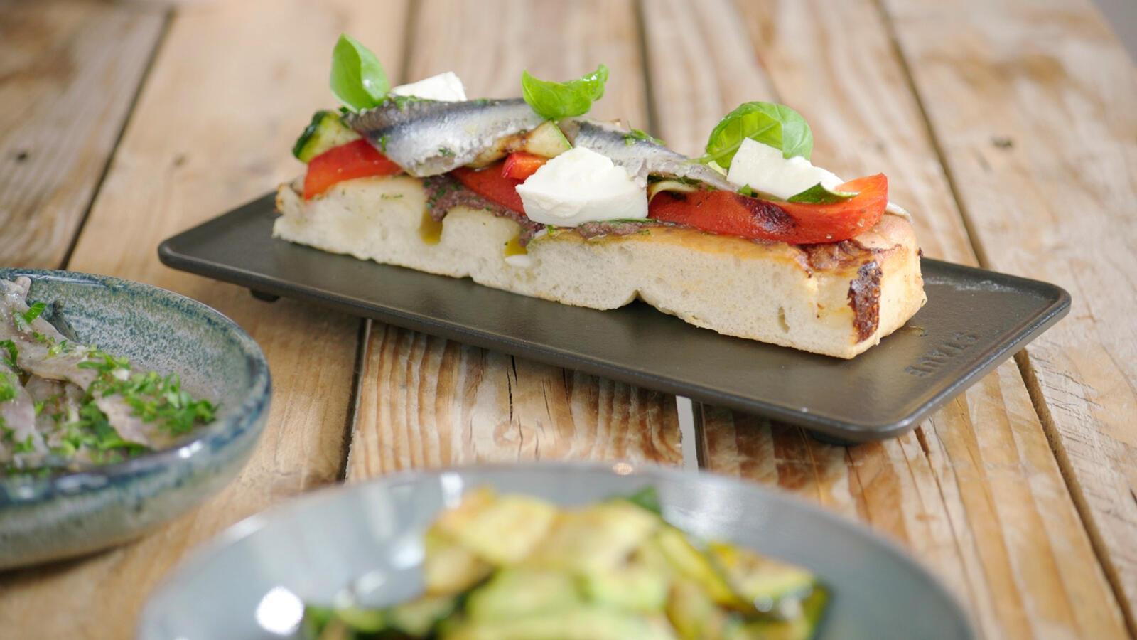 Focaccia met gegrilde groenten en ansjovis