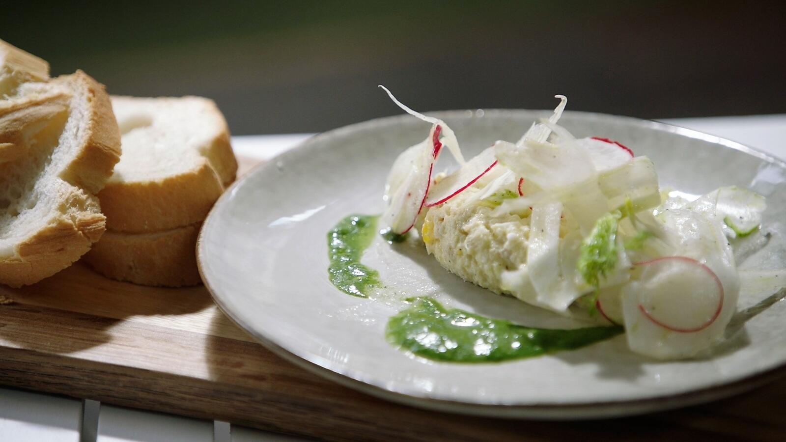 Vissalade met radijs en groene kruiden