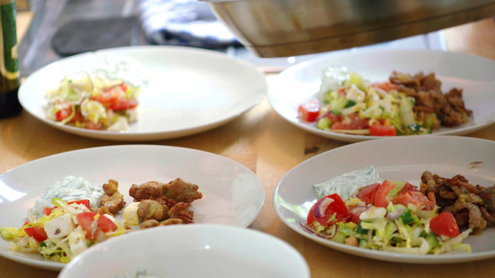 Frietjes met pitavlees, feta en tzatziki