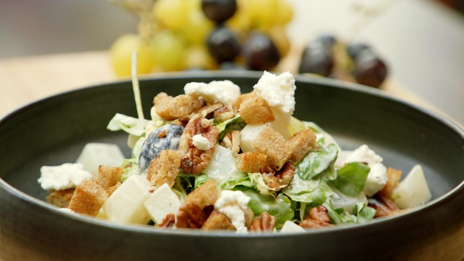 Salade met koolrabi en druiven en vinaigrette van geitenkaas