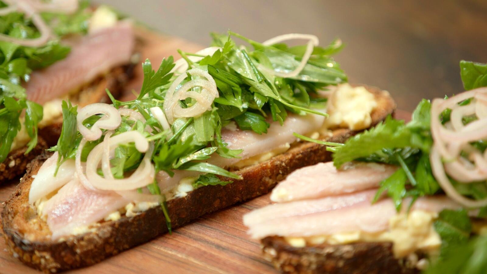 Zuurdesemtoast met salade in 't groen en gerookte paling