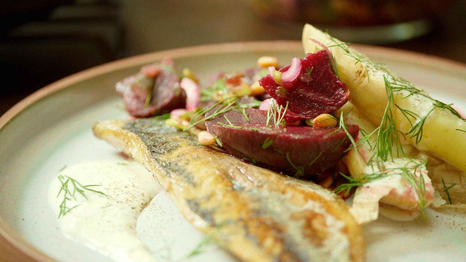 Makreel met aardappelen in de schil en rode biet