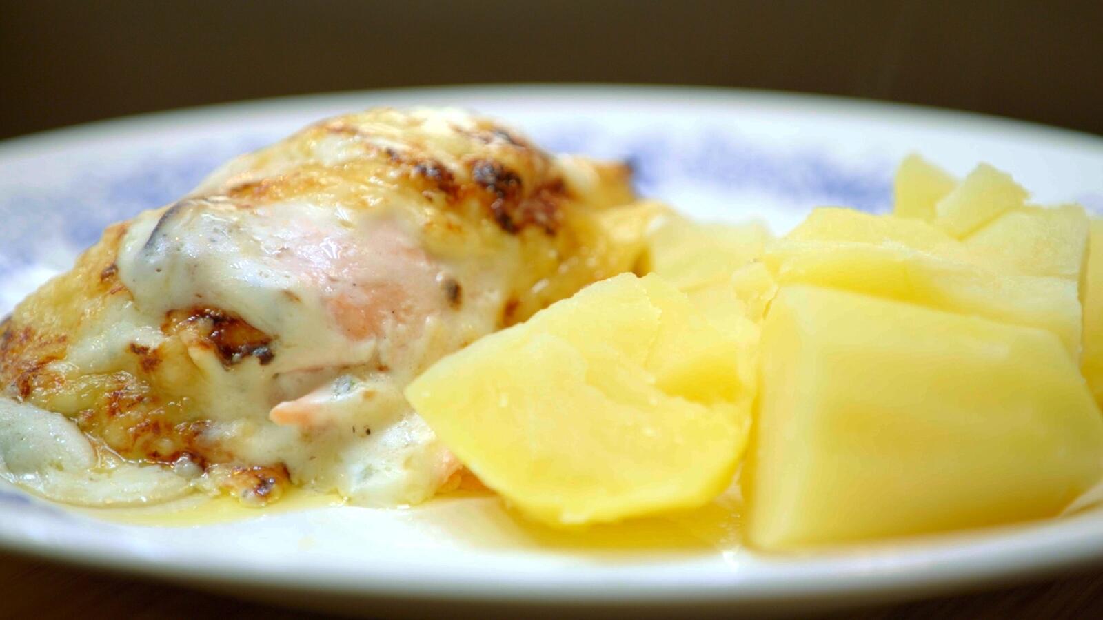 Witloof met zalm en kaassaus en gekookte aardappelen