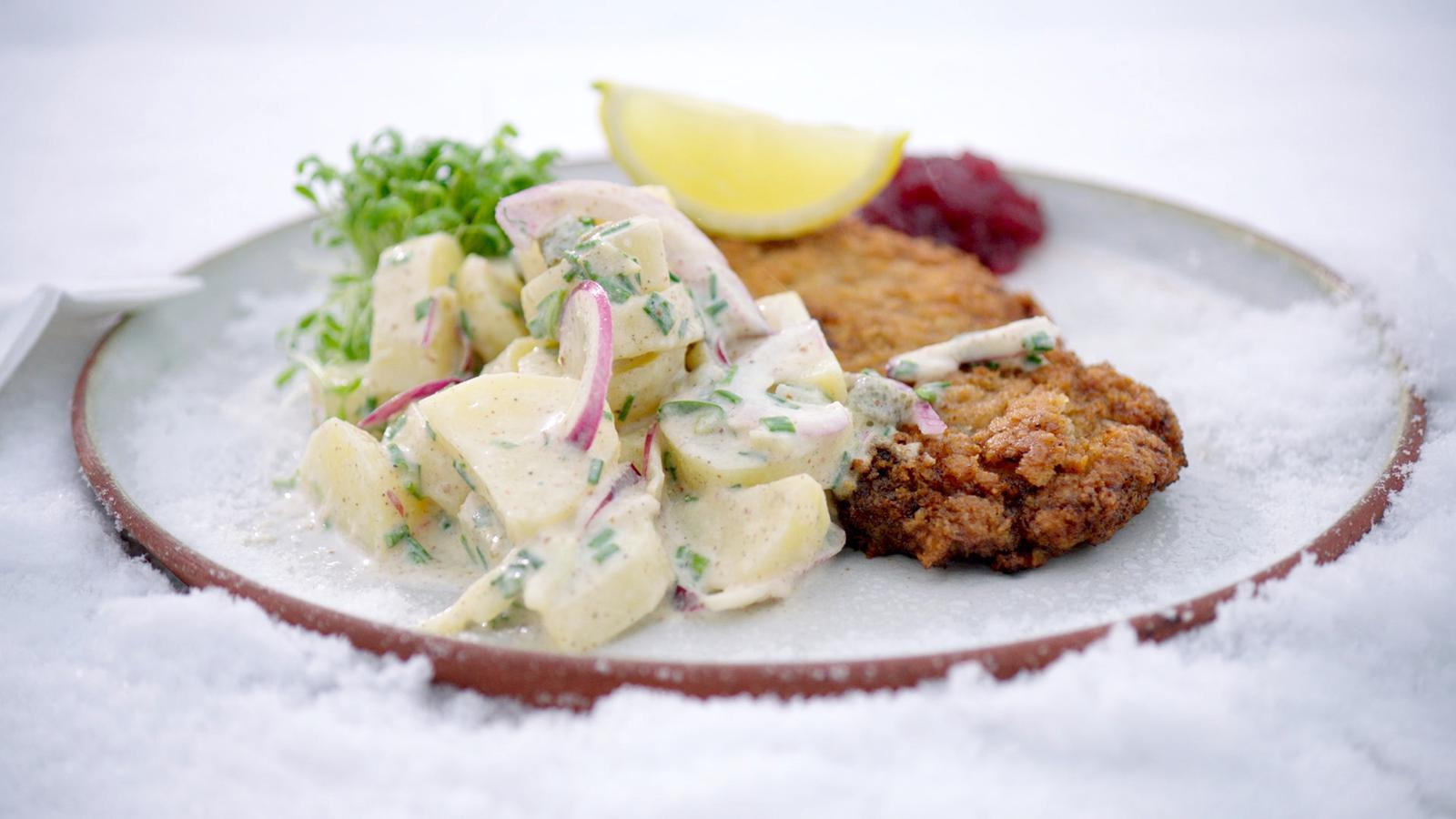 Wiener schnitzel met koude aardappelsalade en veenbessen