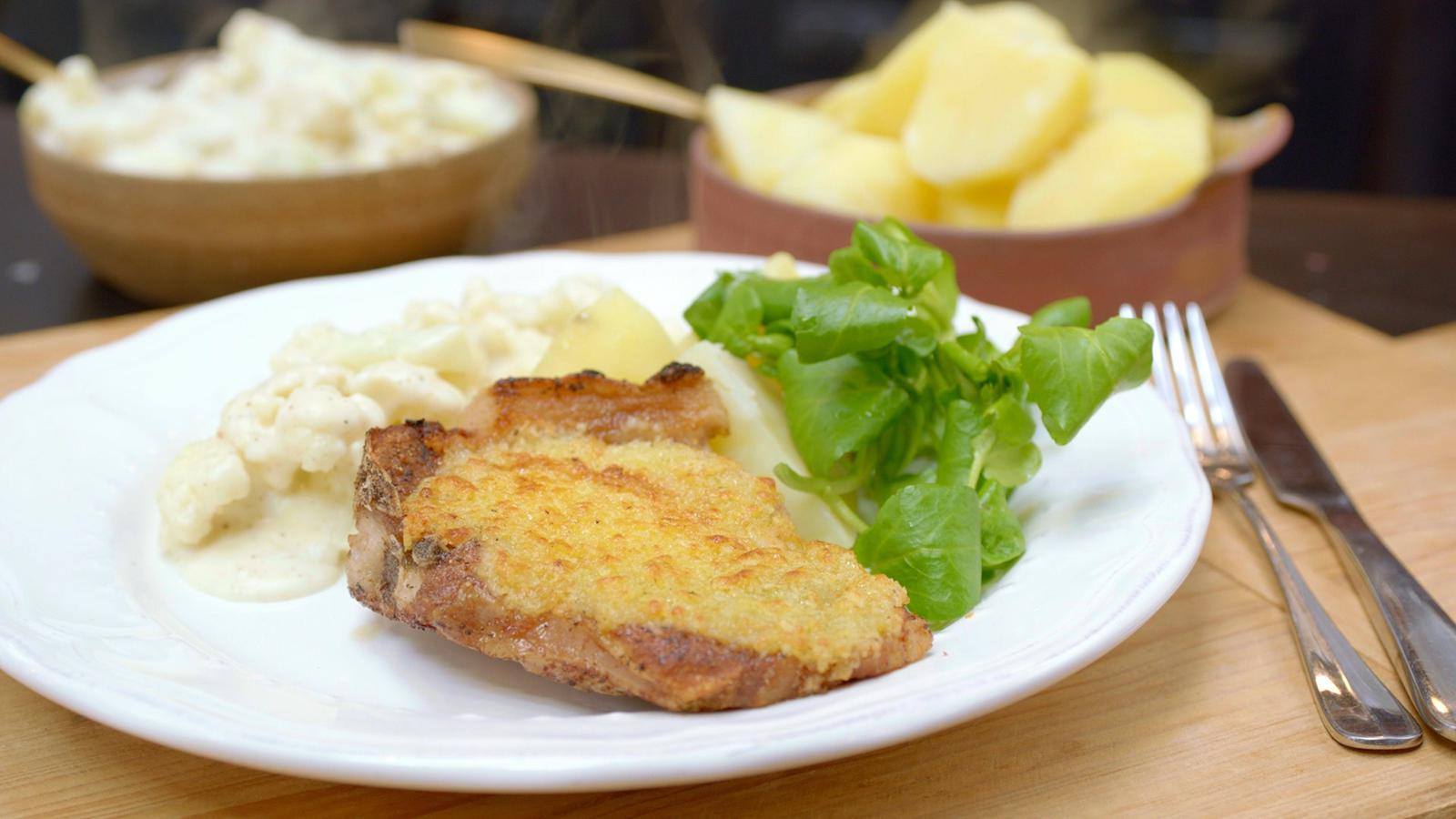 Kotelet met bloemkool in witte saus en gekookte aardappelen