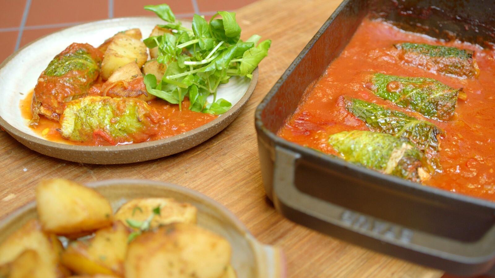 Blinde vink van schelvis en groene kool, tomatensaus en gebakken aardappelen