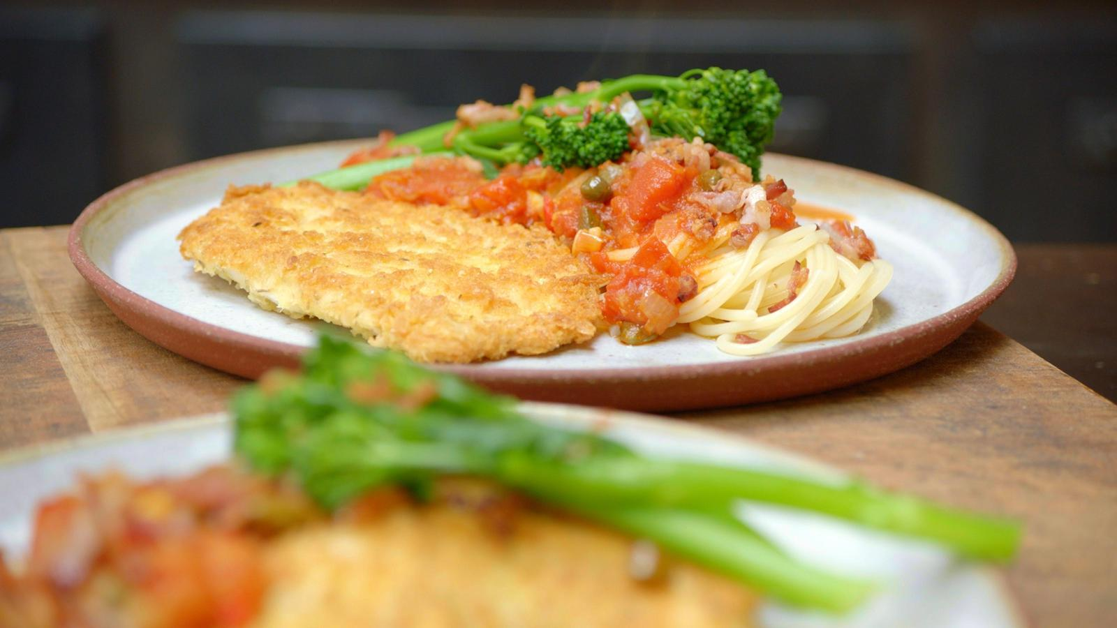 Kip pizzaiola met pasta en broccolini