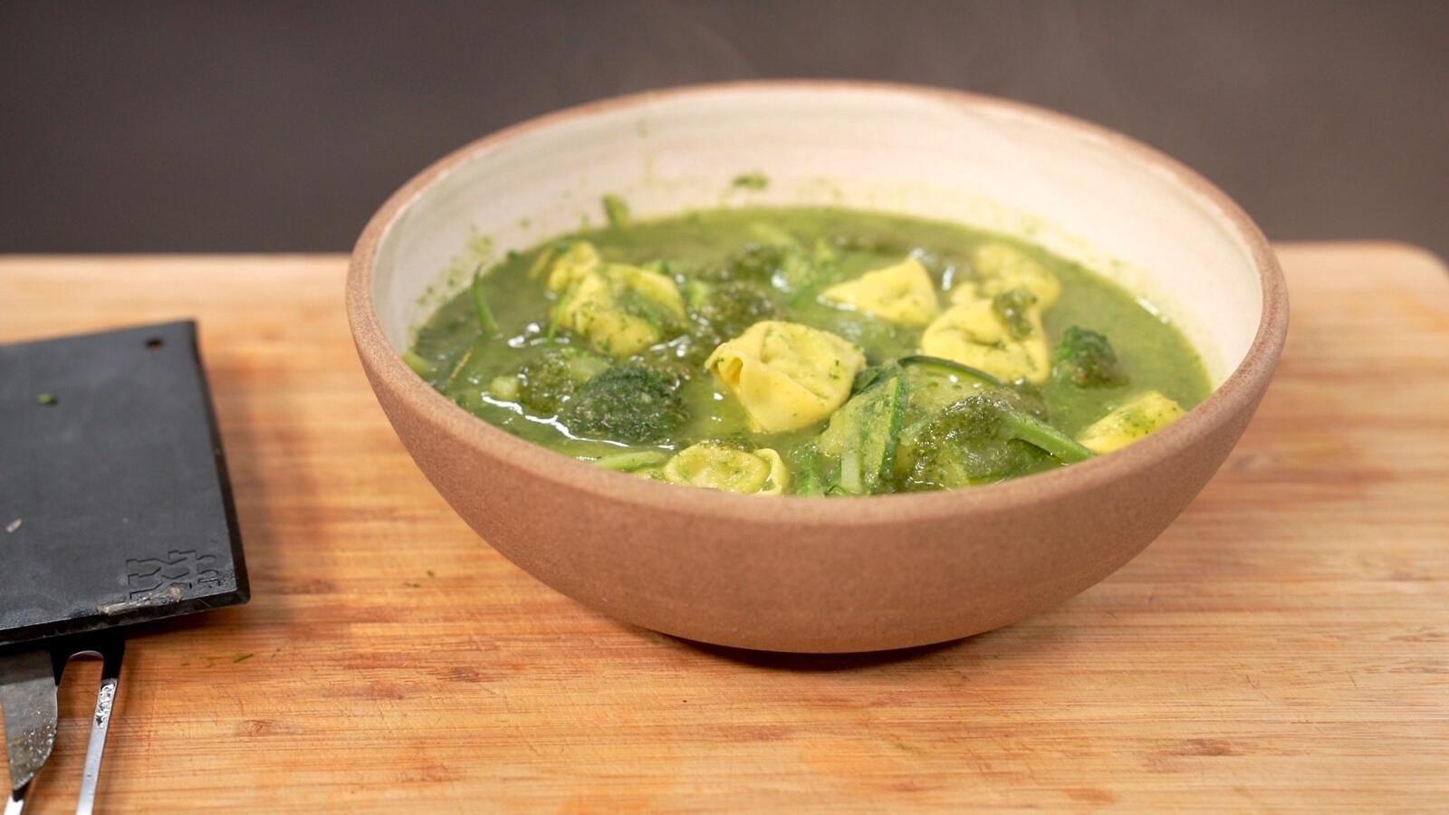 Maaltijdsoep met groene groenten, pesto en tortellini