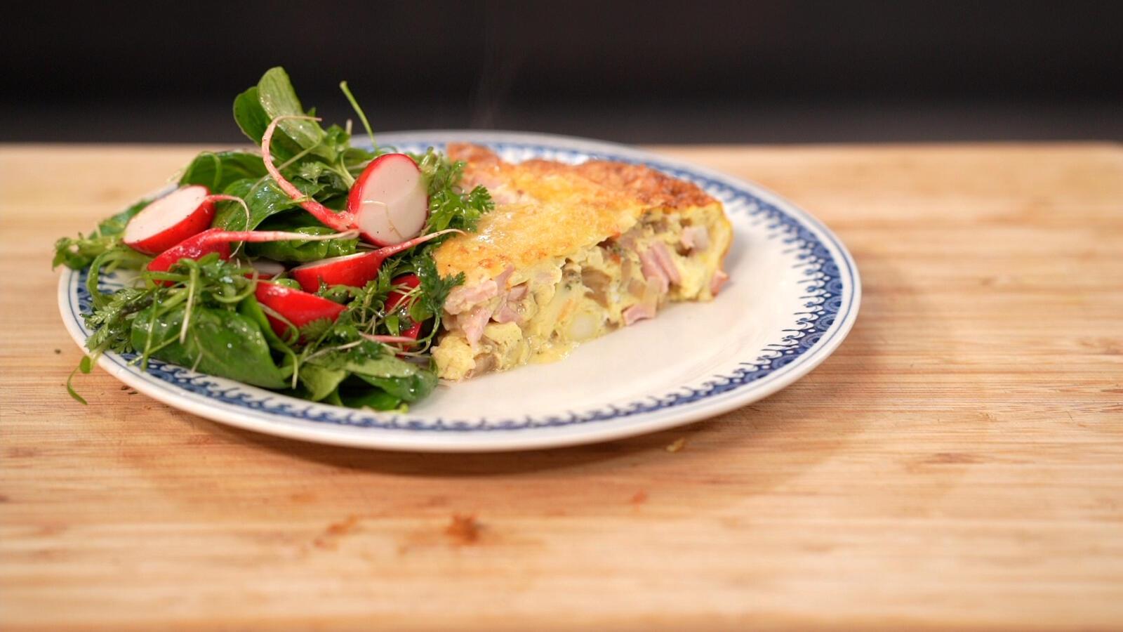 Omelet met asperges en gerookte ham, tuinkers, radijsjes en veldsla