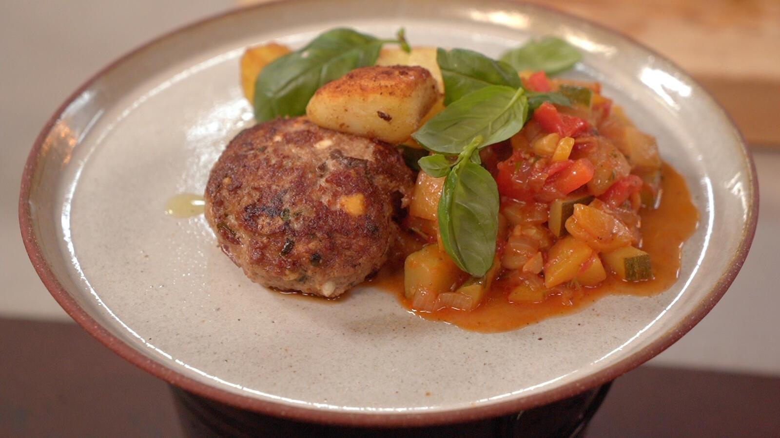 Hamburger met feta, Provençaalse groenten en gebakken aardappelen