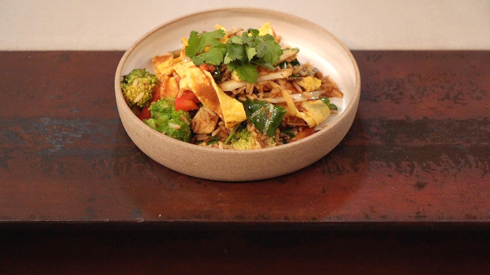 Gebakken rijst met omelet en verse groenten