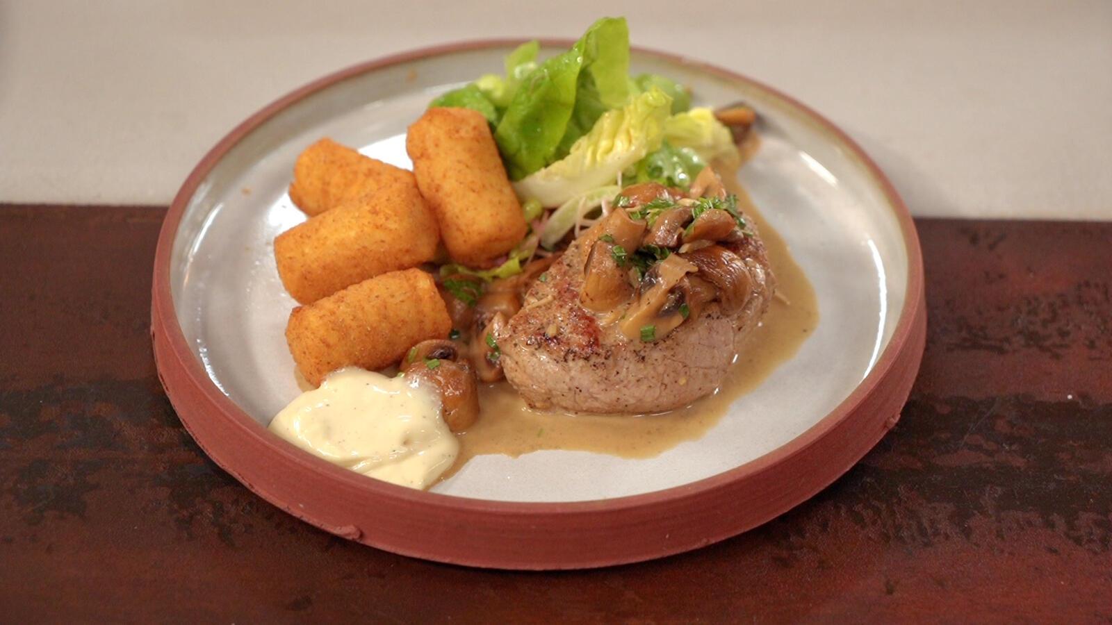 Kalfstournedos met sla, kroketten en champignonsaus