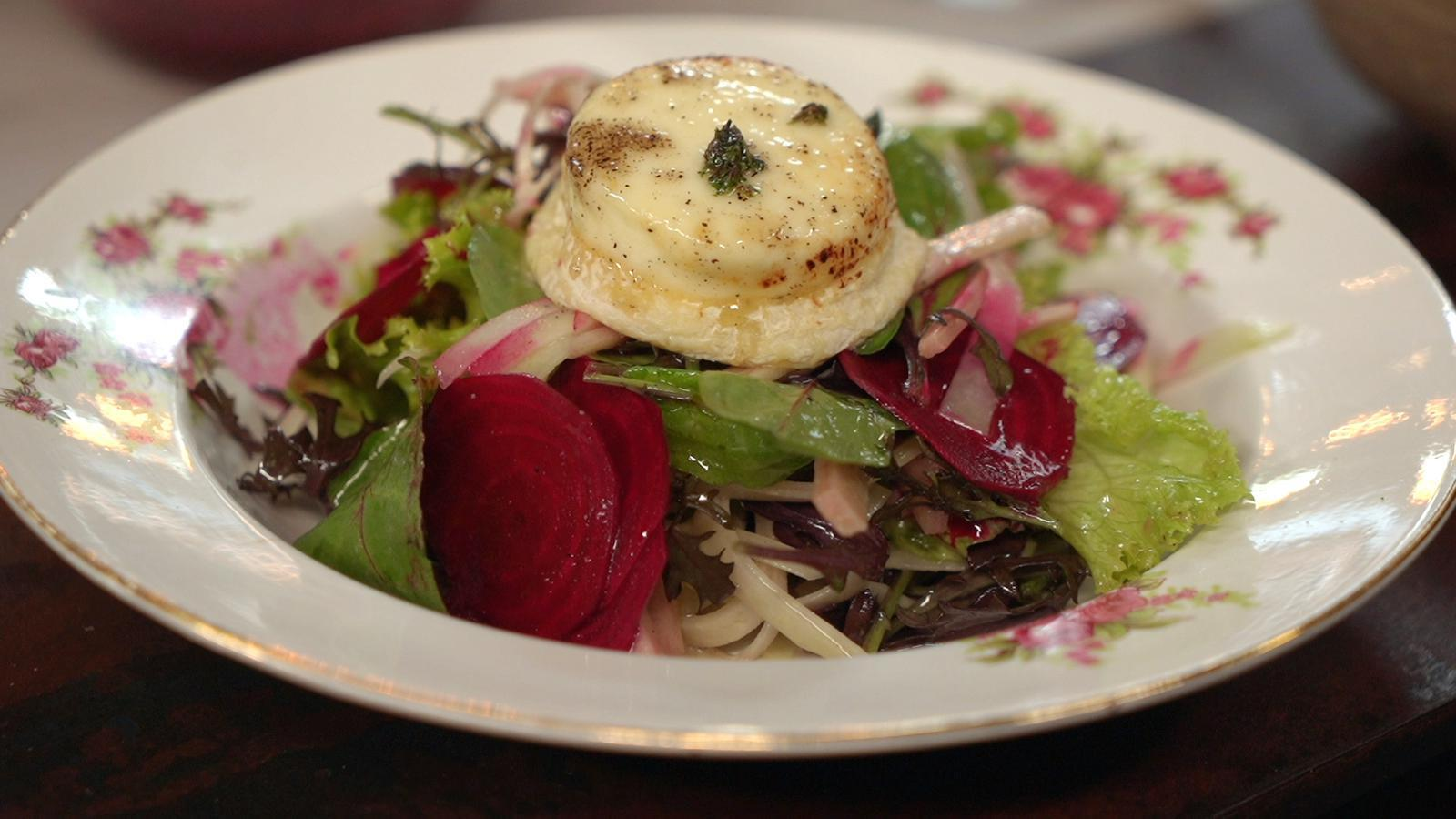 Frisse salade met rode biet, rabarber en warme geitenkaas