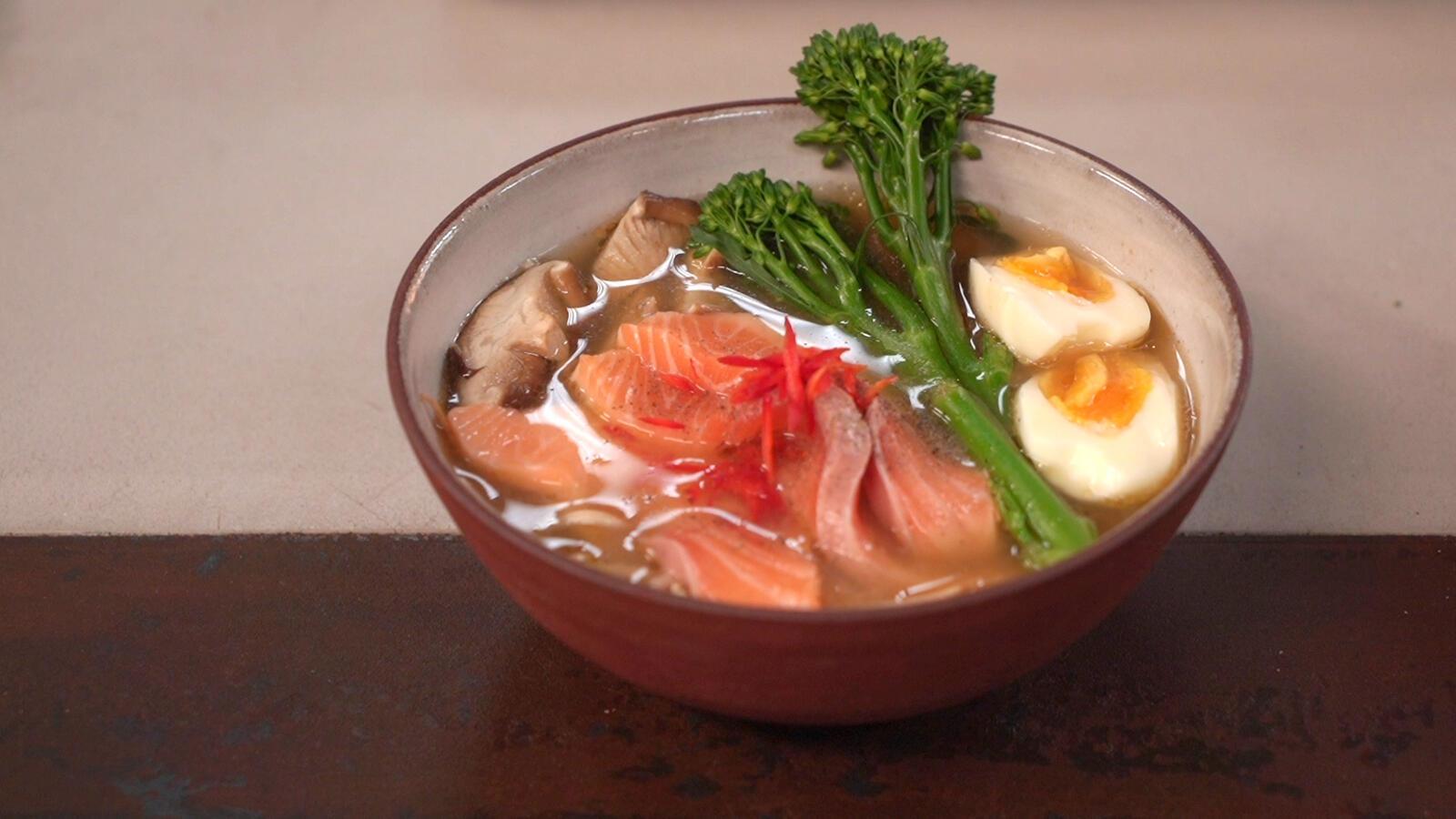 Ramen met zalm, shiitake, ei en noedels