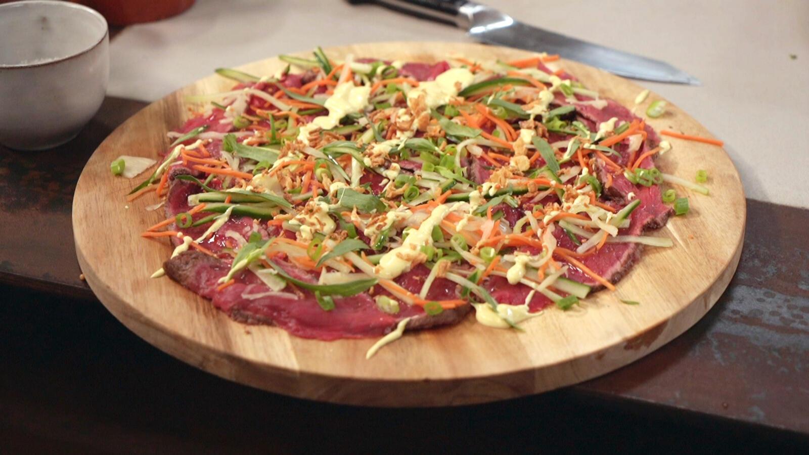 Carpaccio van gegrild rundvlees met gemarineerde groenten en gekonfijte aïoli