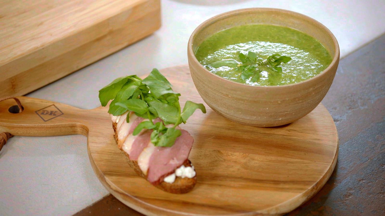 Waterkerssoep en toast met mierikswortel, cottage cheese en eendenborst