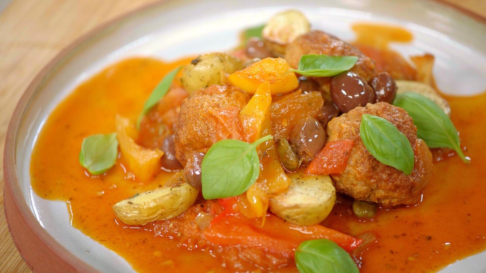 Stoofpot van paprika met kalfsgehaktballetjes en geroosterde aardappelen