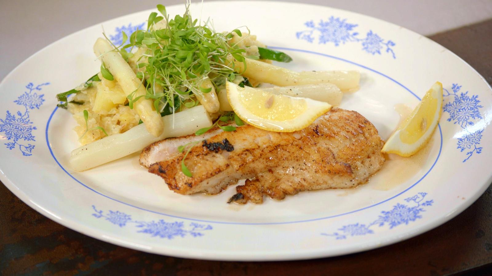 Gebakken roodbaars met geplette aardappel, jonge bloemkool, asperges en lamsoor