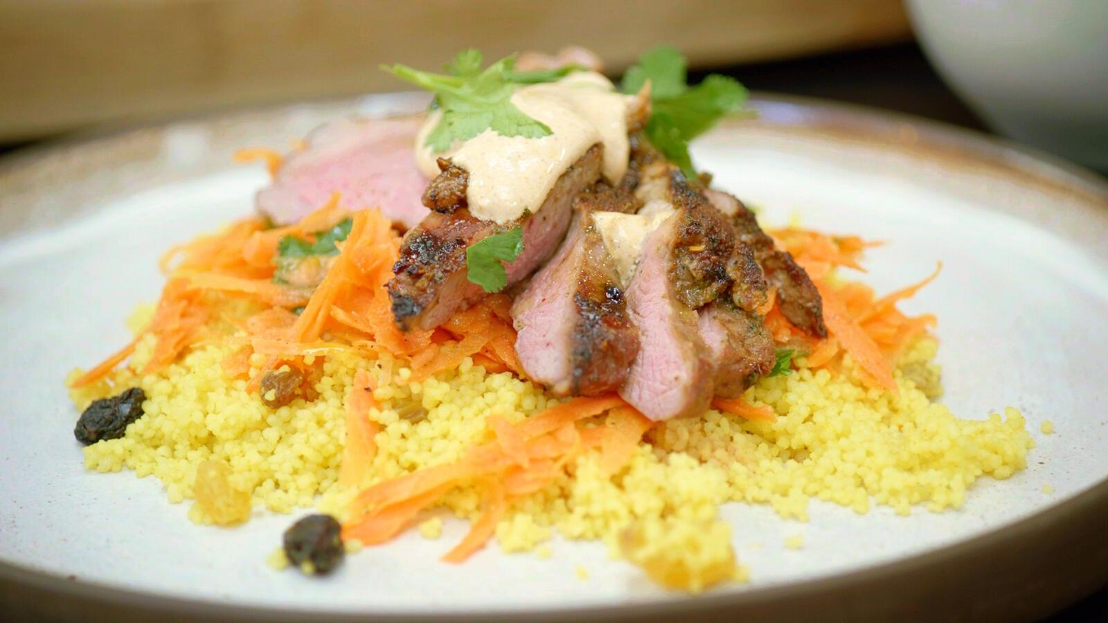 Lamsbout met couscous, wortelsla en tikka masalayoghurt