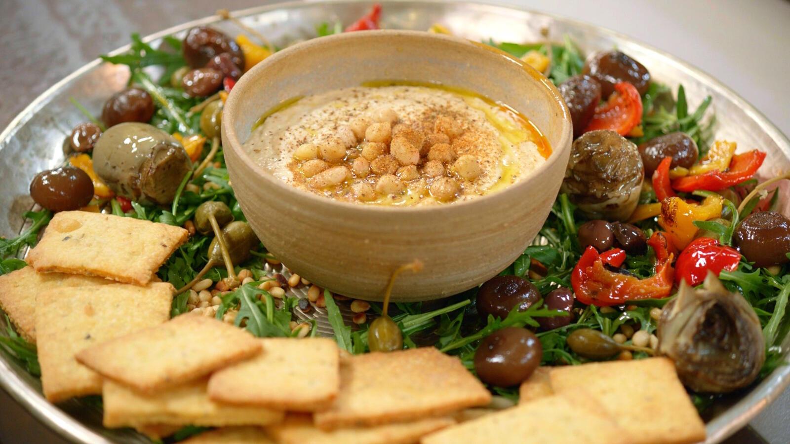 Hummus van witte bonen en parmezaancrackers