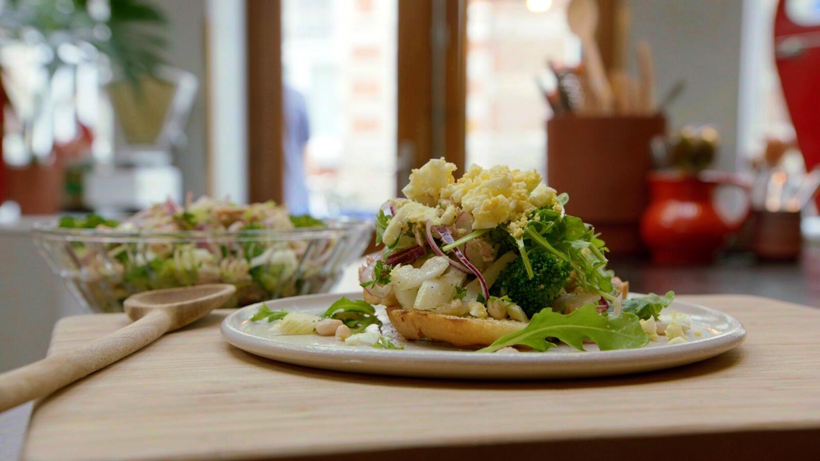 Salade met broccoli, witte boontjes, selder en tonijn