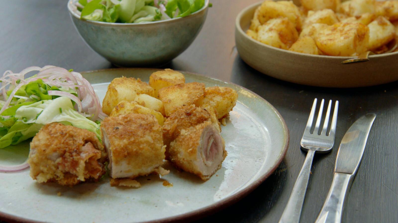Spaanse cordon bleu met gebakken aardappelen en kropsla