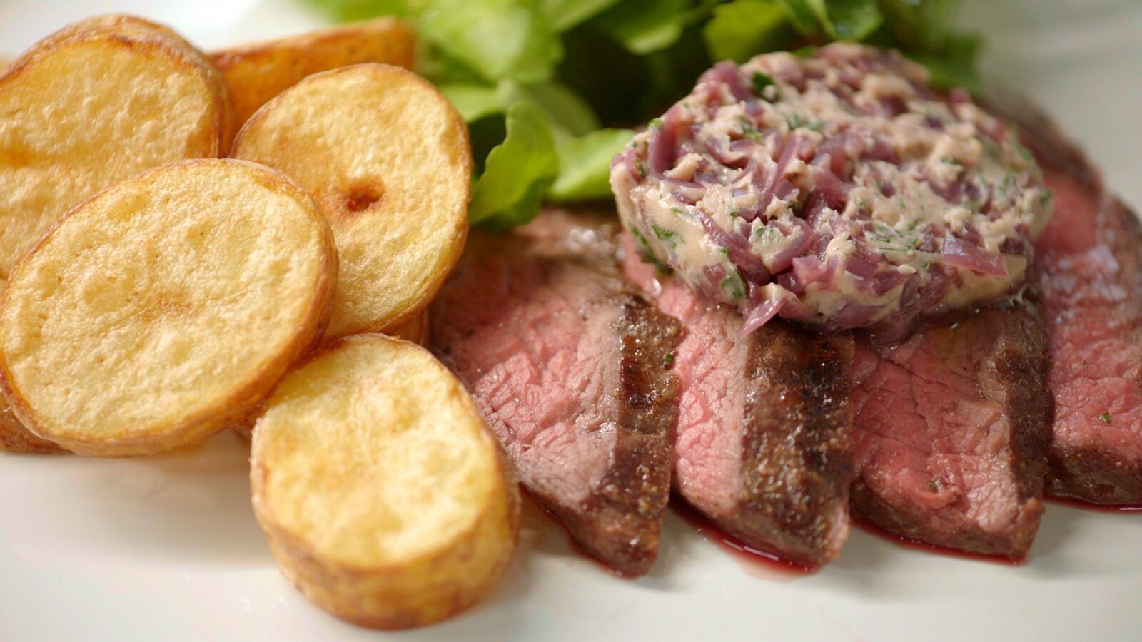 Bavette met rode wijnboter en gebakken aardappelschijfjes
