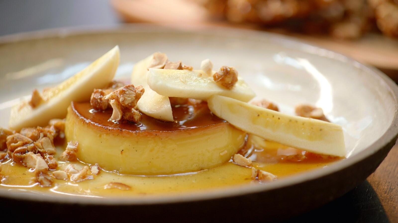 Flan-karamel met banaan en gekarameliseerde pinda
