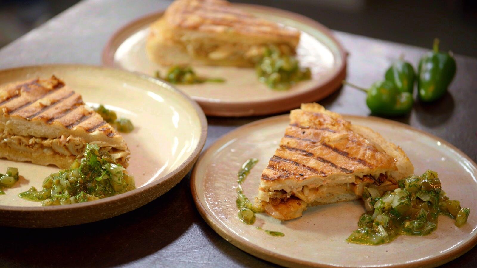 Croque kebab met oesterzwammen, Taleggio-kaas en relish van augurk en jalapeño