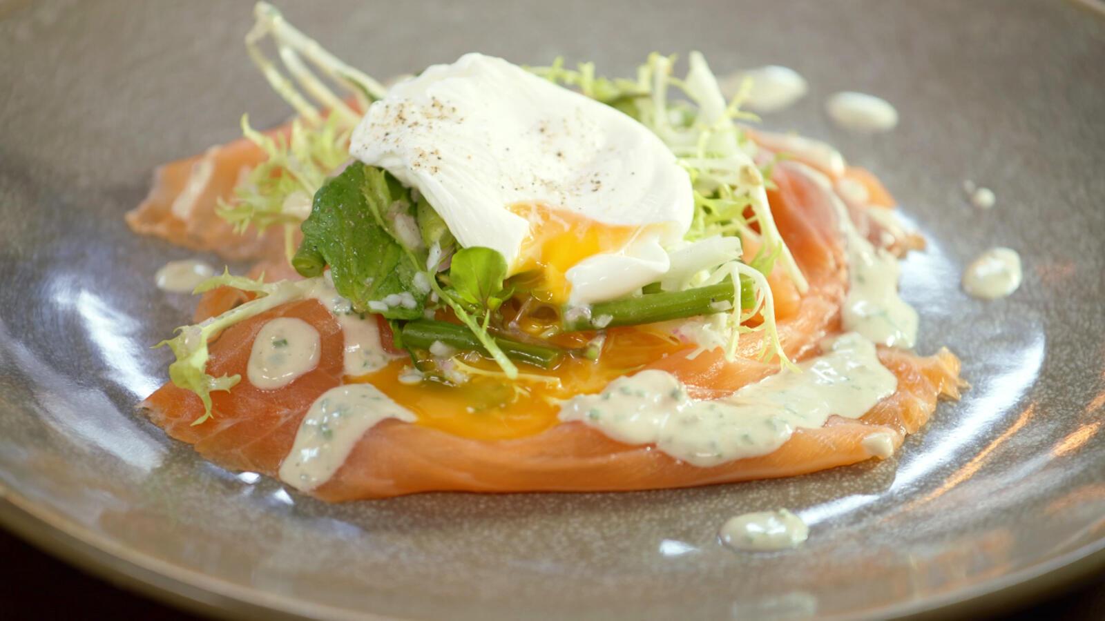 Salade met gerookte zalm en dressing van blauwe kaas