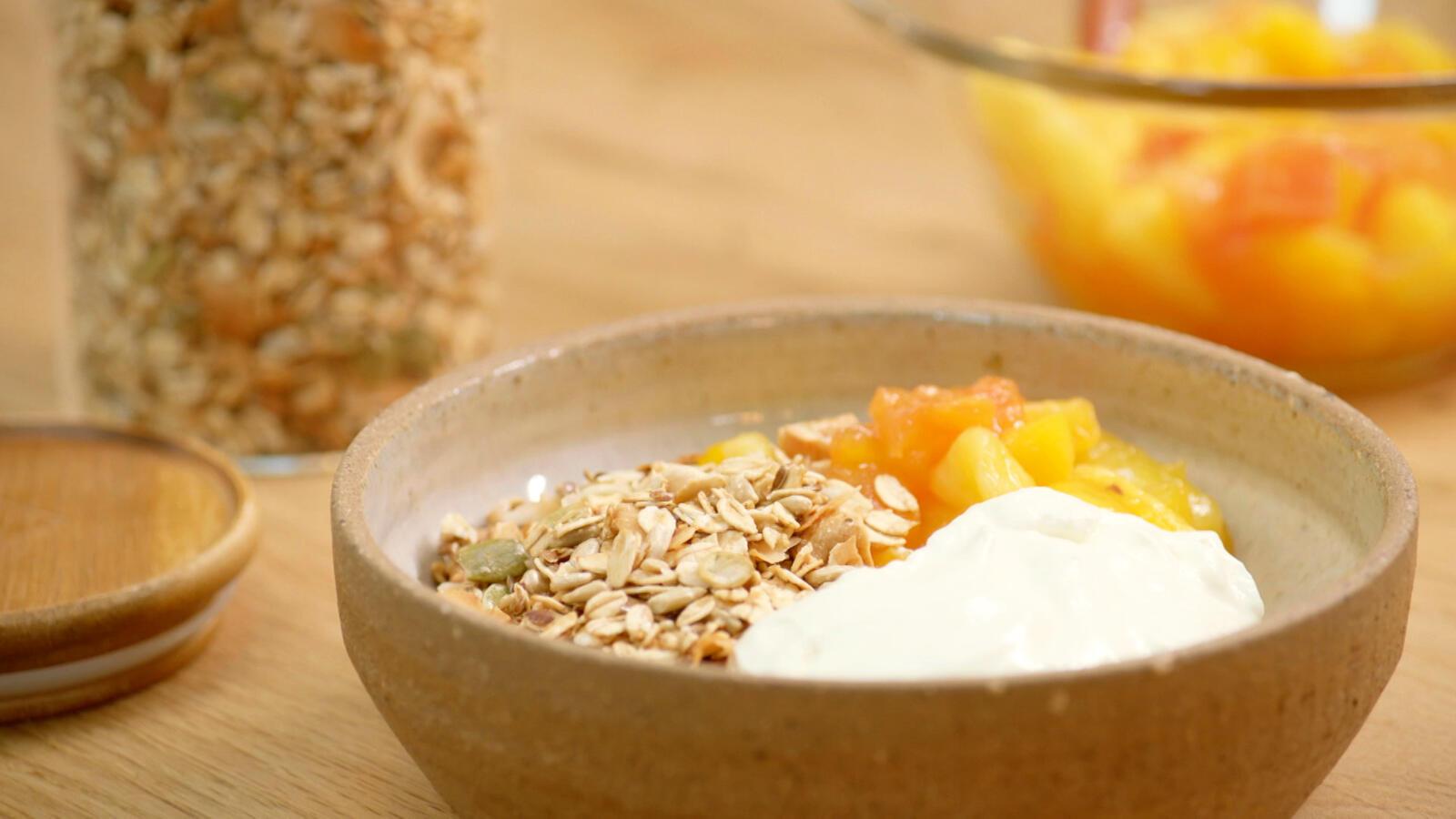 Granola met Griekse yoghurt en compote van exotisch fruit