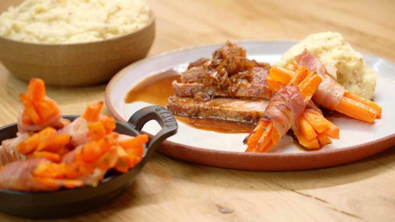 Varkenskoteletten gegaard in donker bier met graanmosterdpuree en wortelen