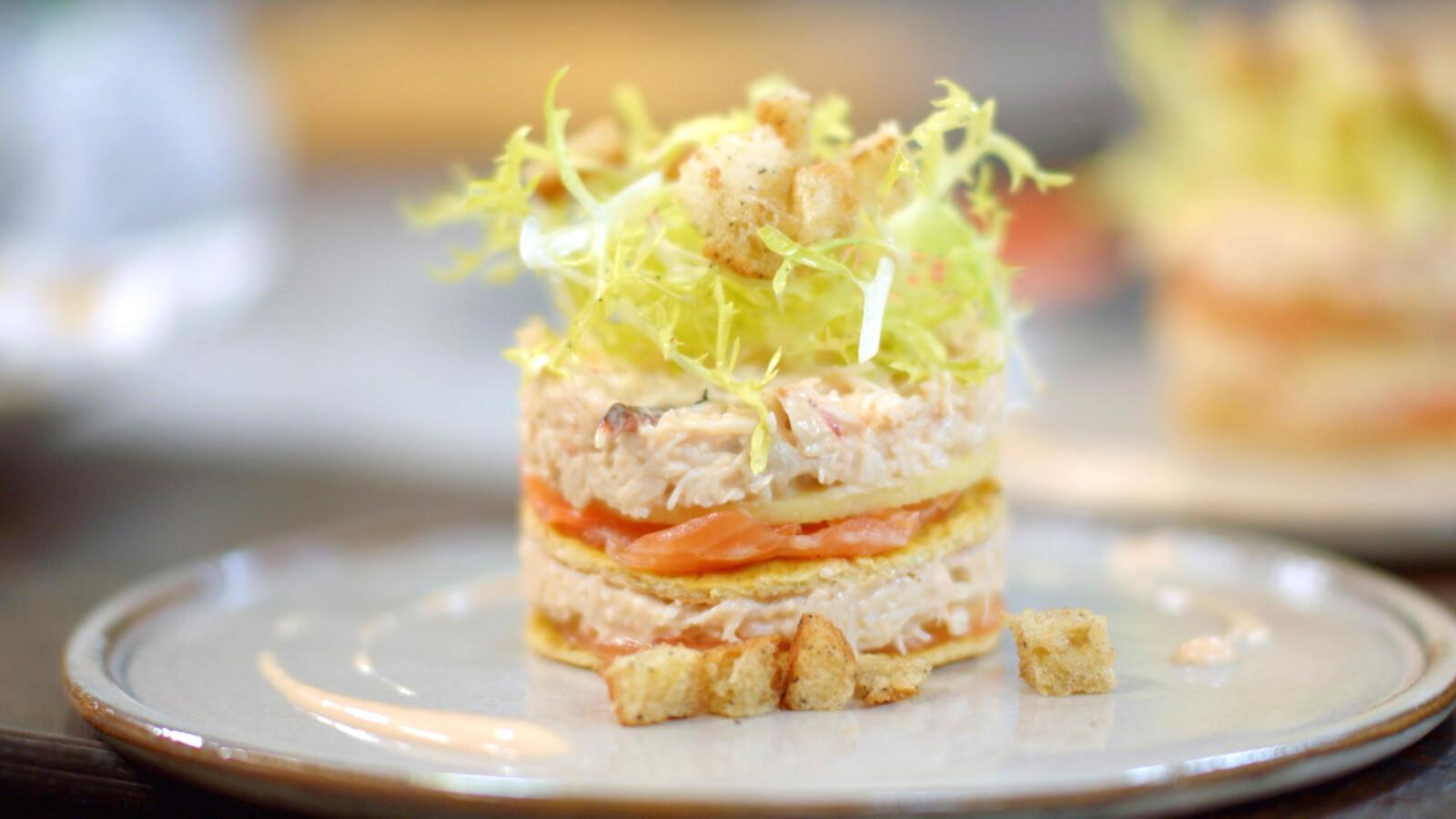 Torentje van omelet, krabsla, appel en gerookte zalm