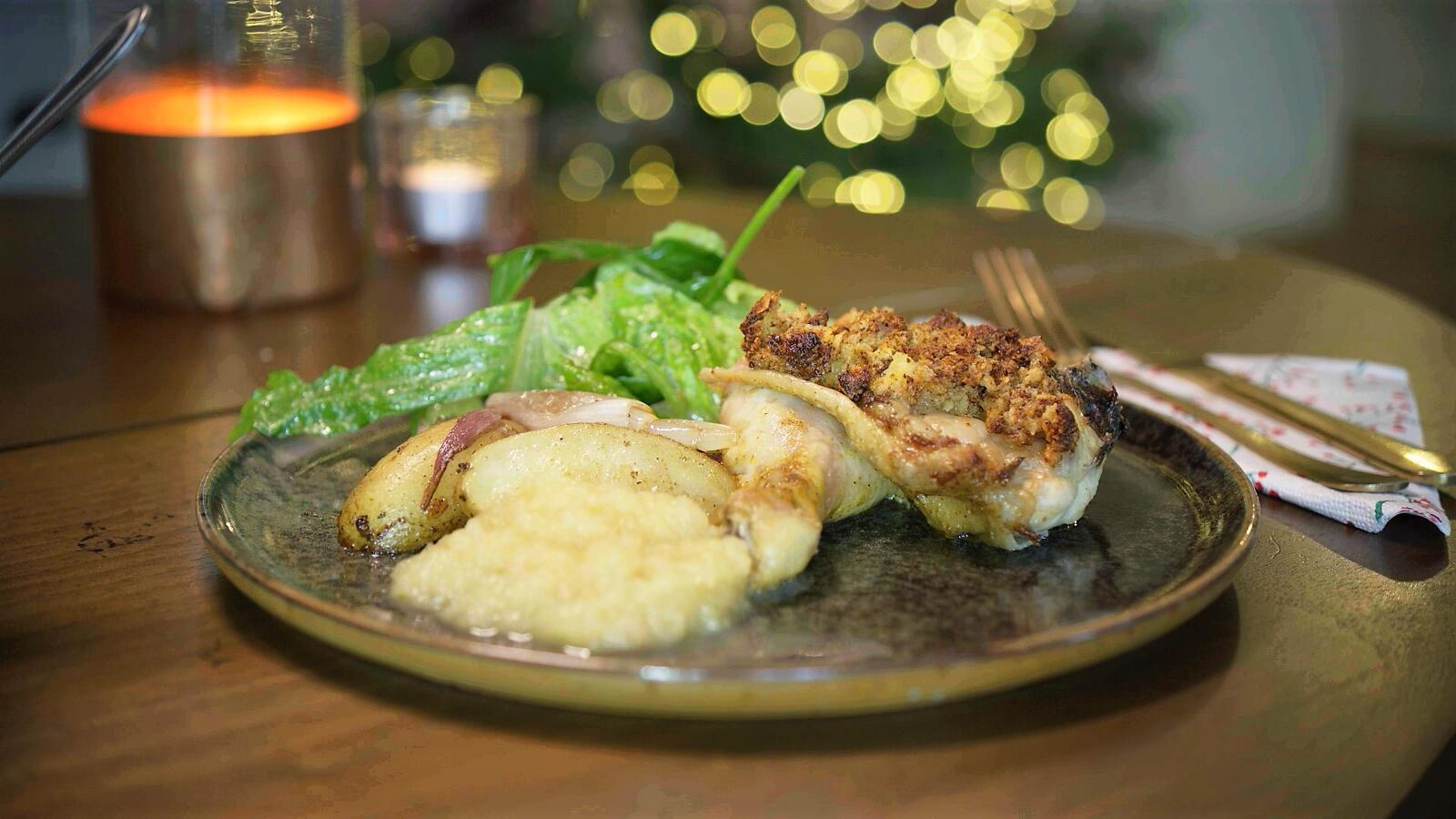Kip met mosterdkorst, gebakken aardappel, groene sla en appelmoes