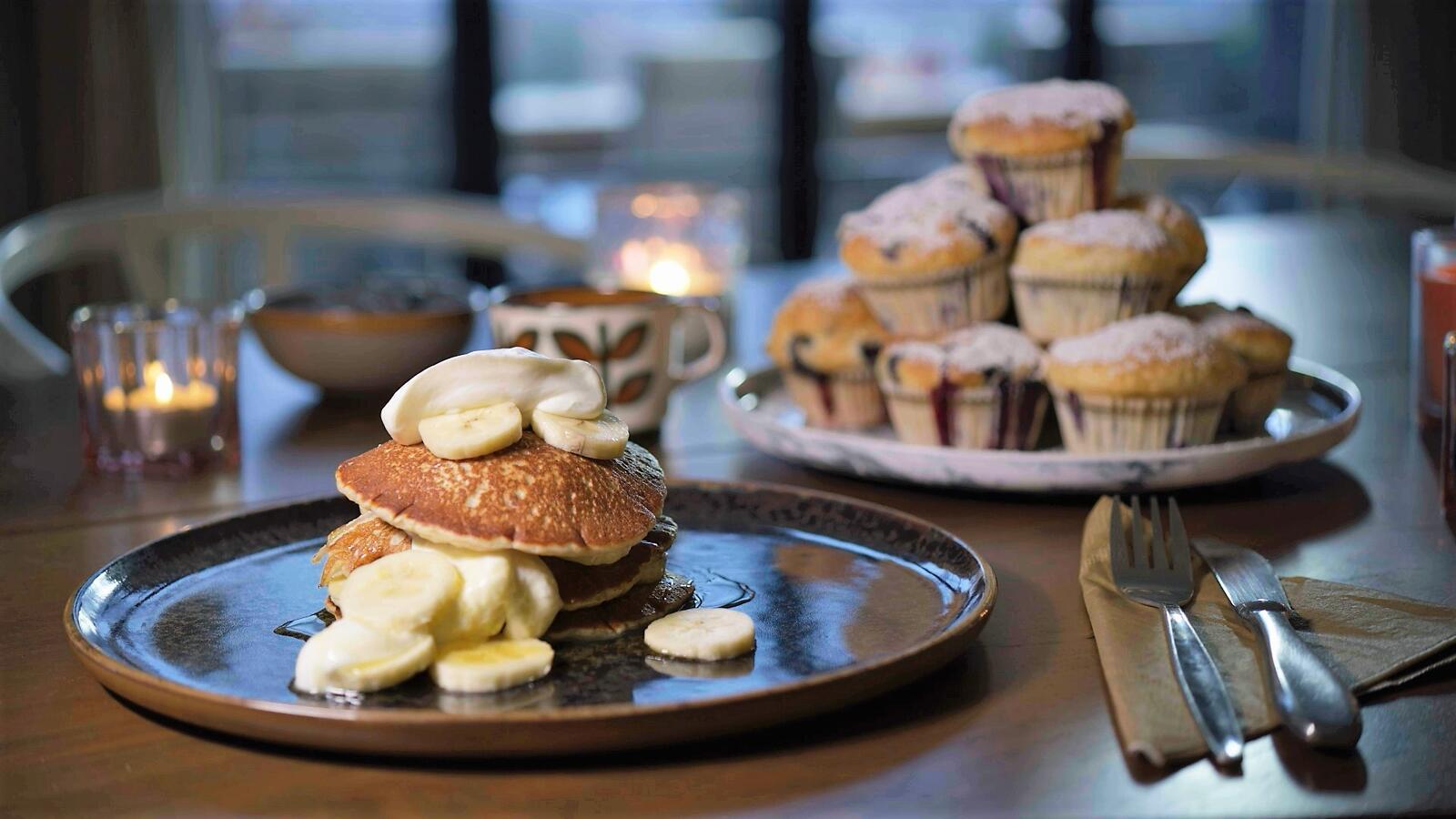 American pancakes met banaan, muffins met blauwe bessen en platte kaas