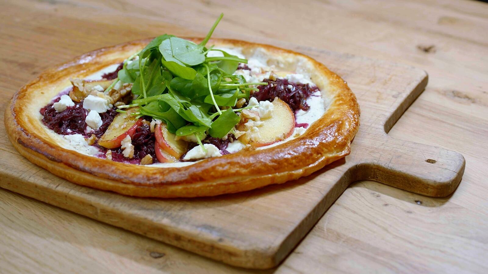 Bladerdeegpizza met rode kool, feta en walnoten