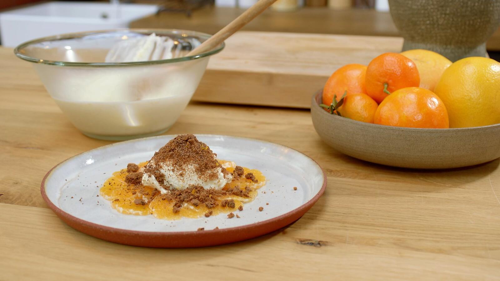 Mousse van platte kaas met clementines en chocoladekoekjes