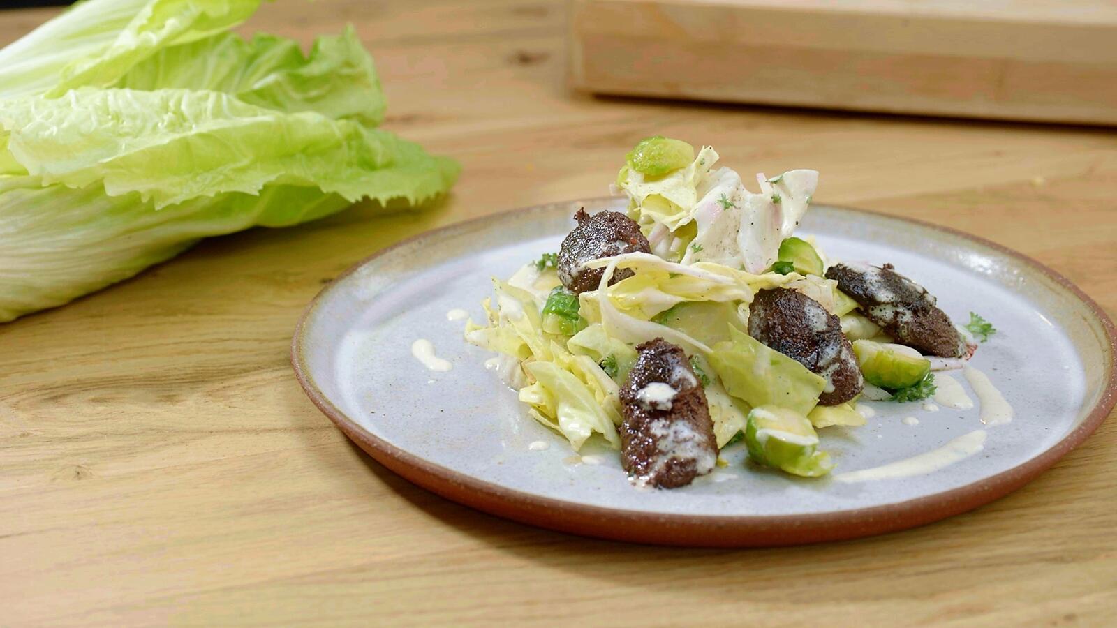Salade met zwarte pens, suikerbrood en appel