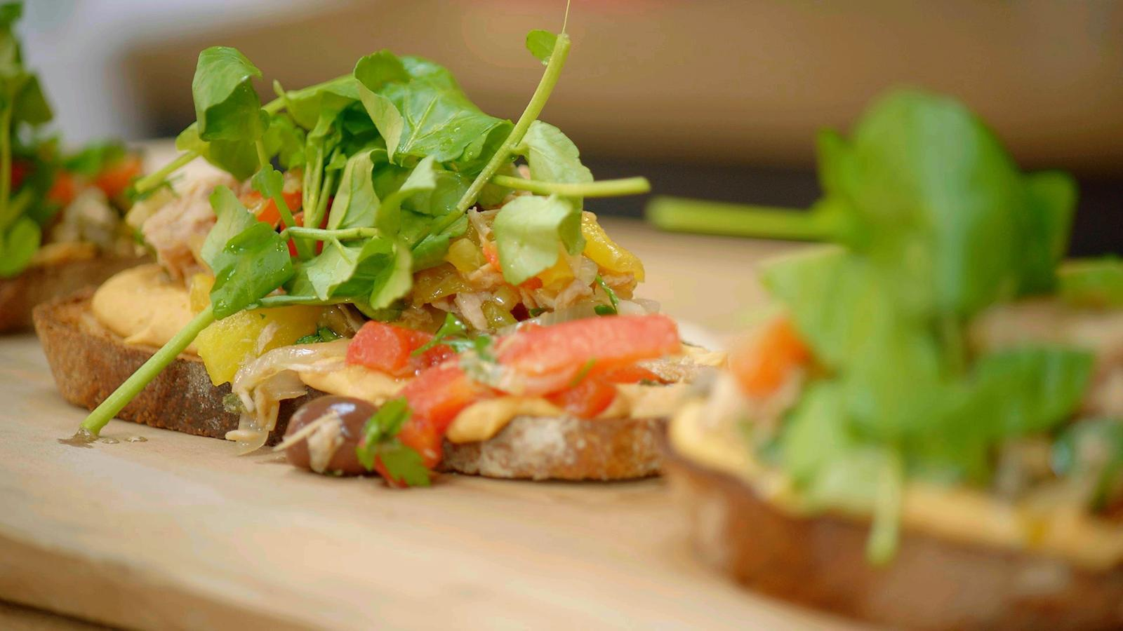 Toast met hummus, tonijn en piperade